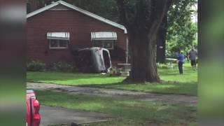 Una mujer de Kansas City perdió el control de su coche y chocó contra una casa