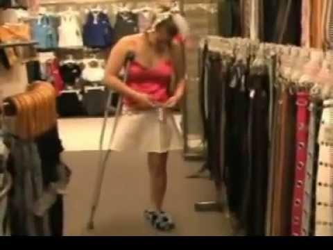 Hermosa amputada  RAK) de shopping en una muleta
