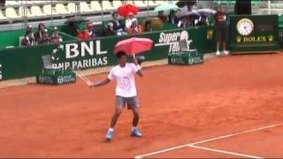 getlinkyoutube.com-Novak Djokovic and the little Pink Umbrella! Insieme per Federico