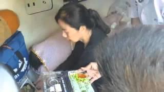 getlinkyoutube.com-แม่ร่ำไห้..วางอาหารหน้าศพ''ปอ'' ช่วงที่เคลื่อนศพสู่บุรีรัมย์บ้านเกิด