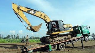 getlinkyoutube.com-Fuso Self Loader Truck Tire Exploded Transporting Excavator