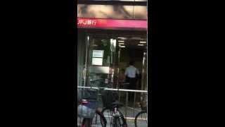 getlinkyoutube.com-守口市 駅前交番 ガラス破壊 三菱東京UFJ銀行に逃走逮捕、連行