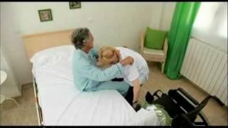 getlinkyoutube.com-Cuidados enfermería. Pasar de la cama a la silla de ruedas