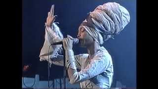"getlinkyoutube.com-Erykah Badu: ""Tyrone"" (North Sea Jazz 2001)"