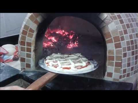 Pizza em forno a lenha.