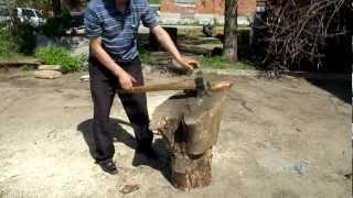 Однофазный винтовой колун против большого пня (Wood splitter against a large tree stump)