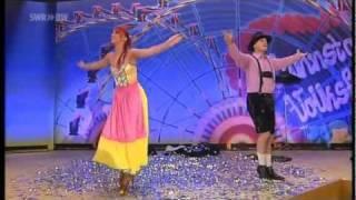getlinkyoutube.com-Sos & Victoria Petrosyan Amazing Magic illusion Show Ilusión de cambio de ropa