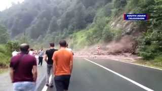 getlinkyoutube.com-Massive landslide caught on camera, narrow escape | VIDEO