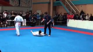 Chute incrível em luta de Karate
