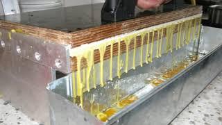 presa pentru faguri artificiali din silicon a unui stupari