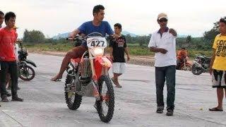 getlinkyoutube.com-Drag racing Honda CRF450 vs Honda 125cc Moped vs Motocross