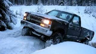 getlinkyoutube.com-Chevy K2500 and K5 playing in the snow