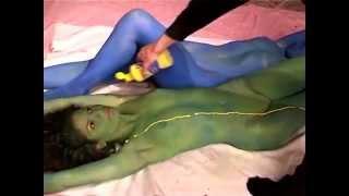 getlinkyoutube.com-body painting. maria & amanda. yellow stripes