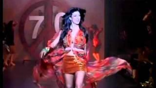 getlinkyoutube.com-Sushmita Sen's sexy ramp walk on Dum Maaro Dum for Salman Khan's Being Human Fashion Show