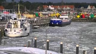 getlinkyoutube.com-Met de veerboot Friesland door het ijs.
