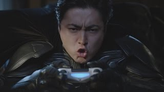 """getlinkyoutube.com-山田孝之、バットマンになりきり!バットスーツ姿で""""滑空""""も PS4新テレビCM"""