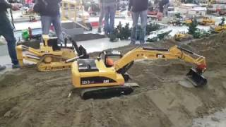 getlinkyoutube.com-Giant Models Earth moving into action