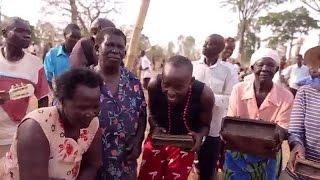 Muangalie msanii Eddy Kenzo  kutoka Uganda akikata mauno mwimbo wa salome wa Diamond platnumz