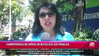 Competencia de niños en bicicletas sin pedales