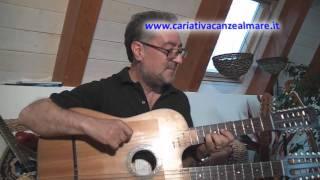 Cataldo Perri alla chitarra battente con giochi d'alba sul mare