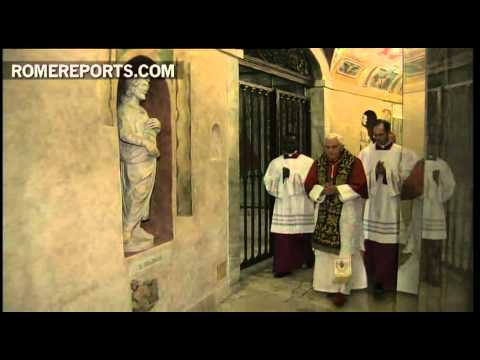 Benedict XVI in Vatican Grottoes prays for deceased Popes
