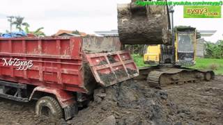 getlinkyoutube.com-Excavator Volvo EC210B Helping Out 2 Stuck Dump Truck