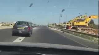 getlinkyoutube.com-مطاردة سيارة مسروقة و هروب السارق بطريقة عجيبة !!