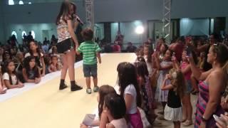 getlinkyoutube.com-Phellipe cantando Beijo-Beijo com Larissa Manoela!