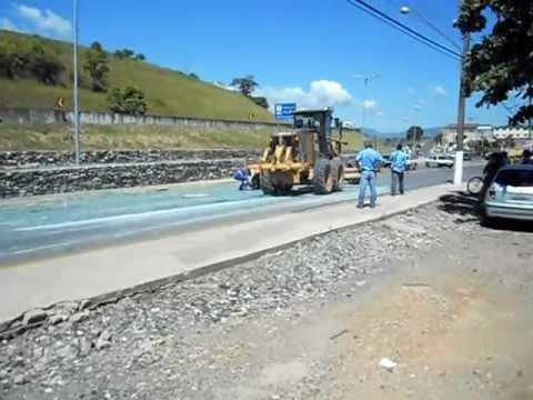 Acidente: carga de vidro cai de caminhão e se espalha pela Avenida Adolfo Muniz em Cajati