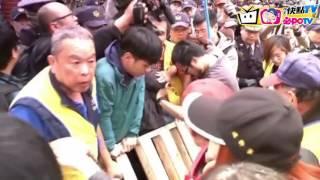 getlinkyoutube.com-【即時】勞團抗議拒砍七天假!立院外衝突全直擊