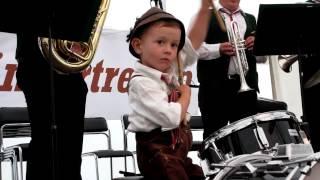 getlinkyoutube.com-Kleiner Trommler spielt Egerländer Musikantenmarsch mit den Friedataler Musikanten.MOV