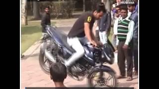 देखिए, बॉलीवुड स्टंट मैन जावेद गौरी का बाइक पर स्टंट