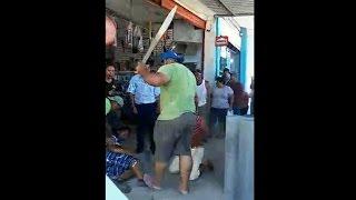Ciudadanos atacan a asaltantes a machetazos