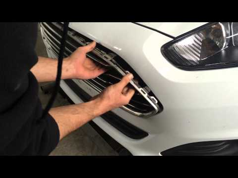 Ford Fiesta Mk7 lift - Upper grille removing / Форд Фиеста 7 рестайл - снятие верхней решетки
