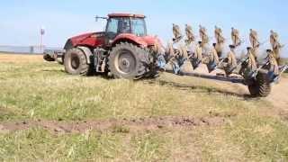 Трактор CASE с 8-ми корпусным плугом-трансформером Lemken