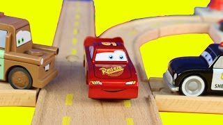 getlinkyoutube.com-Disney Pixar Cars Wooden  Sheriff's Race'n Chase Wood Track Playset With Lightning McQueen Mater