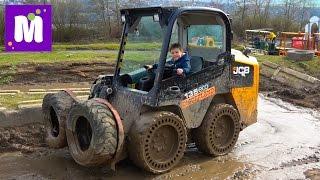 Макс в 6 лет водит экскаваторы Летаем в ковше в Diggerland Строительные машины Kid driving diggers