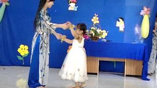getlinkyoutube.com-Múa ngày đầu tiên đi học -  bé Minh Thư & Giáo Viên