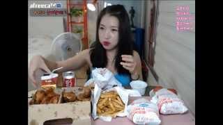 getlinkyoutube.com-피트니스요정) 교촌치킨 맘스터치 먹방 eatingshow 150721