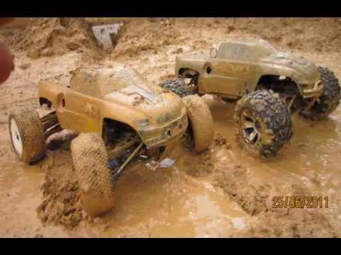 traxxas revo 3.3 correndo na lama!!!(running in the mud)