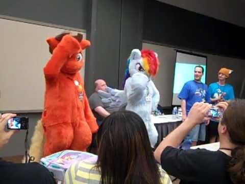 Rainbow Dash and Applejack fursuiters