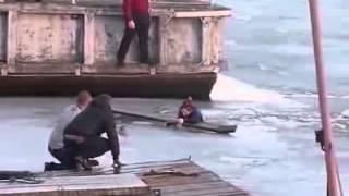 Кавказец спасает девушку из ледяной воды