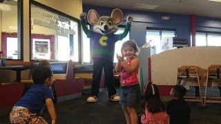 getlinkyoutube.com-CHUCK E CHEESE! HAPPY DANCE! FAMILY FUN WITH THE KIDS