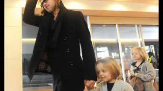 getlinkyoutube.com-Angelina Jolie and Brad Pitt at the airport, Japan 08.11.11
