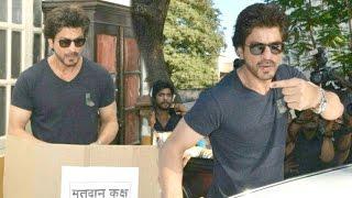 getlinkyoutube.com-Shahrukh Khan Casts VOTE At BMC Elections 2017