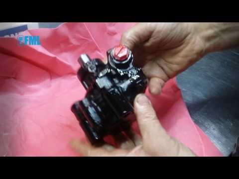 Расположение у Chrysler Intrepid бачка гидроусилителя руля