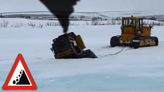 getlinkyoutube.com-Бездорожье. Бульдозер провалился под лёд. Езда по бездорожью.