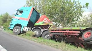 getlinkyoutube.com-Schwerer  Verkehrsunfall auf der A7 mit Schwerlast LKW