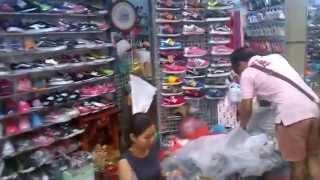 getlinkyoutube.com-พาชมตลาดโรงเกลือ หลังคาฟ้า 1-2 ส่วนที่ขายรองเท้า