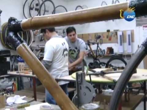 Joven mexicano fabrica bicicletas de bambú